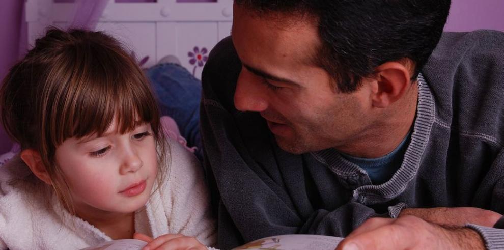 Recomiendan leer cuentos a niños desde que nacen