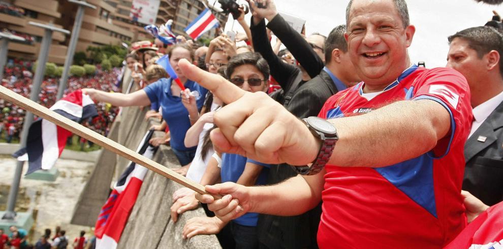 Presidente de Costa Rica prohíbe uso de su nombre e imagen en obras públicas