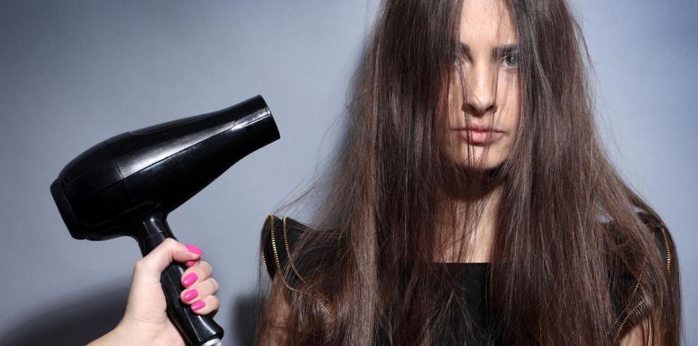 Hábitos comunes que maltratan su cabello