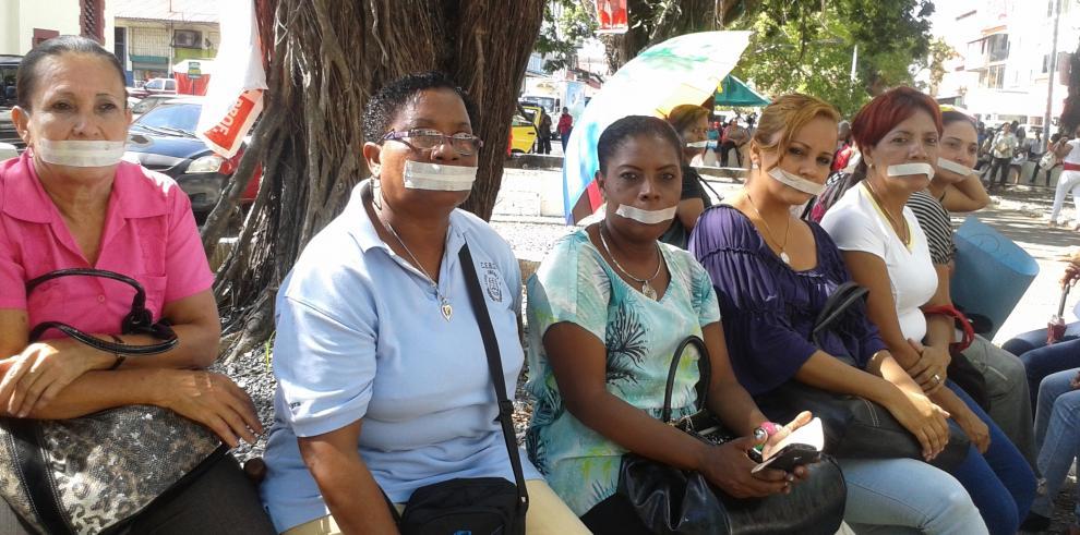 Docentes sellan sus labios en Colón como medida de protesta