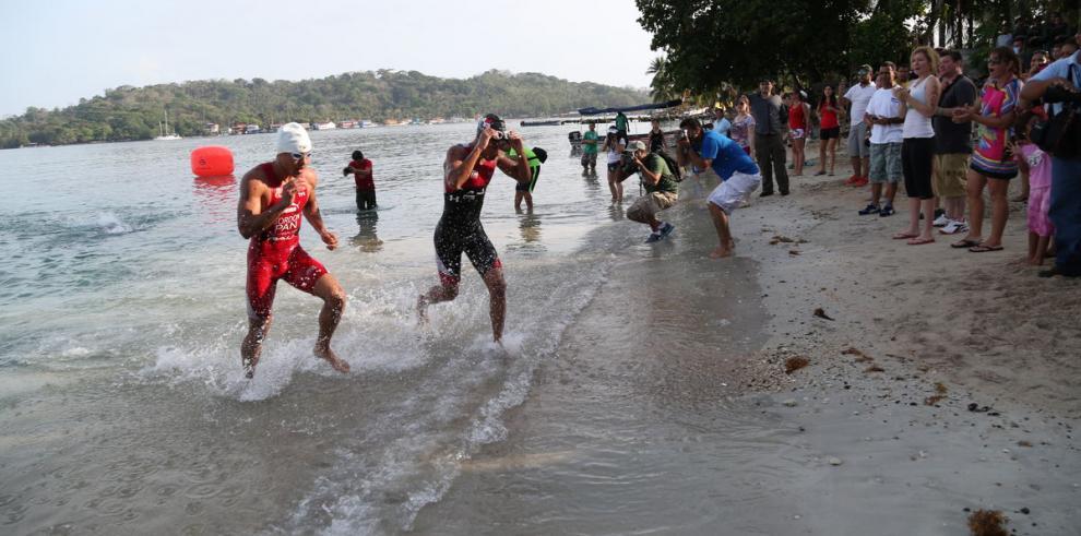 Pavoni y Dementiev dominan en triatlón