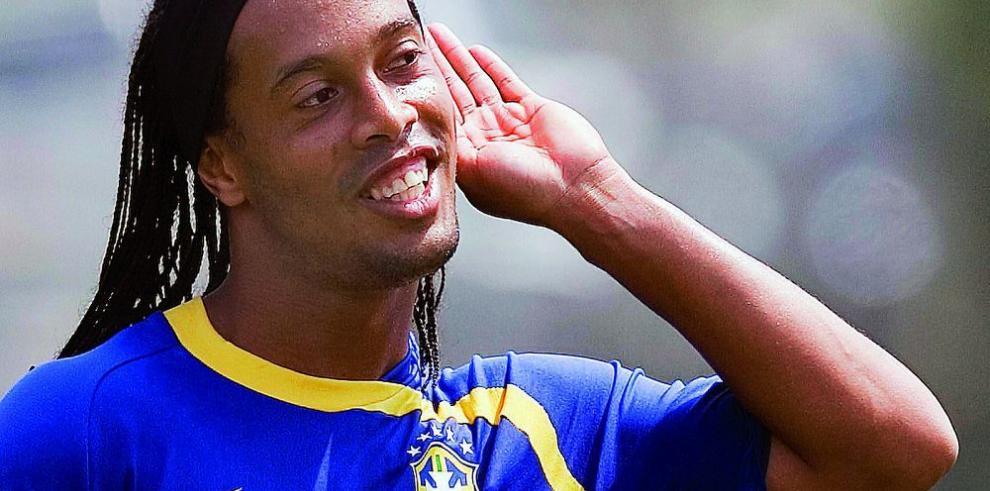 Ronaldinho llegó para preocupar más al Querétaro