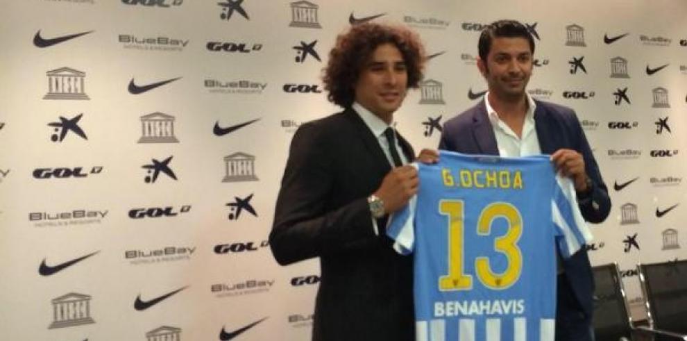 El Málaga presenta a su nuevo arquero: Memo Ochoa