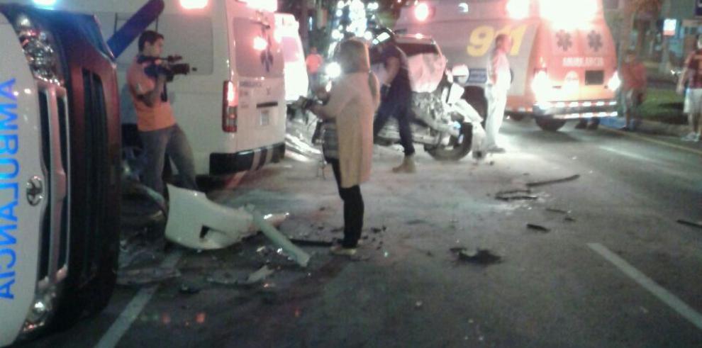 Colisiona un auto con una ambulancia en la 12 de octubre
