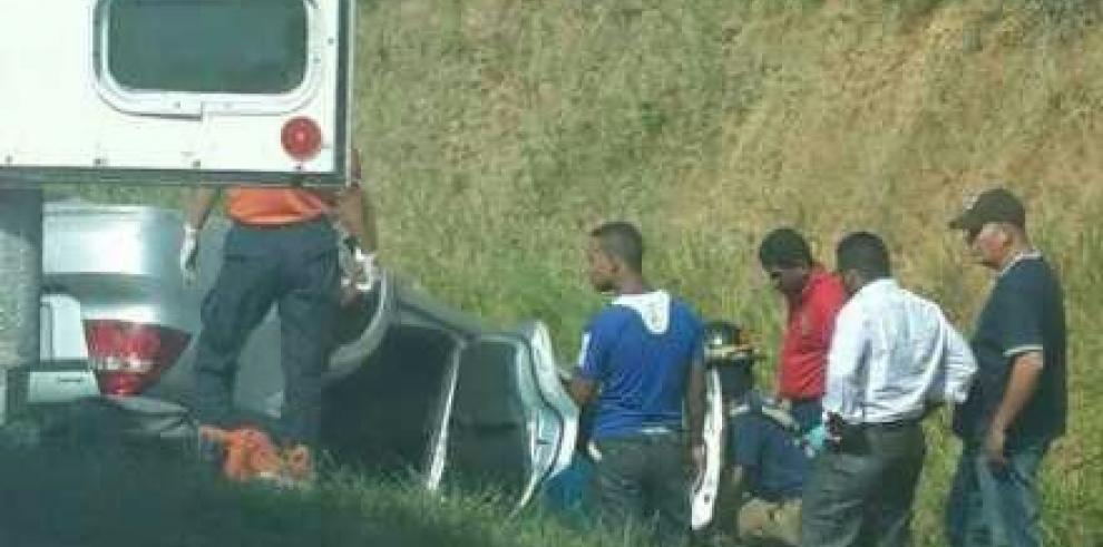 Se vuelca vehículo en la autopista Panamá - La Chorrera hay 3 heridos