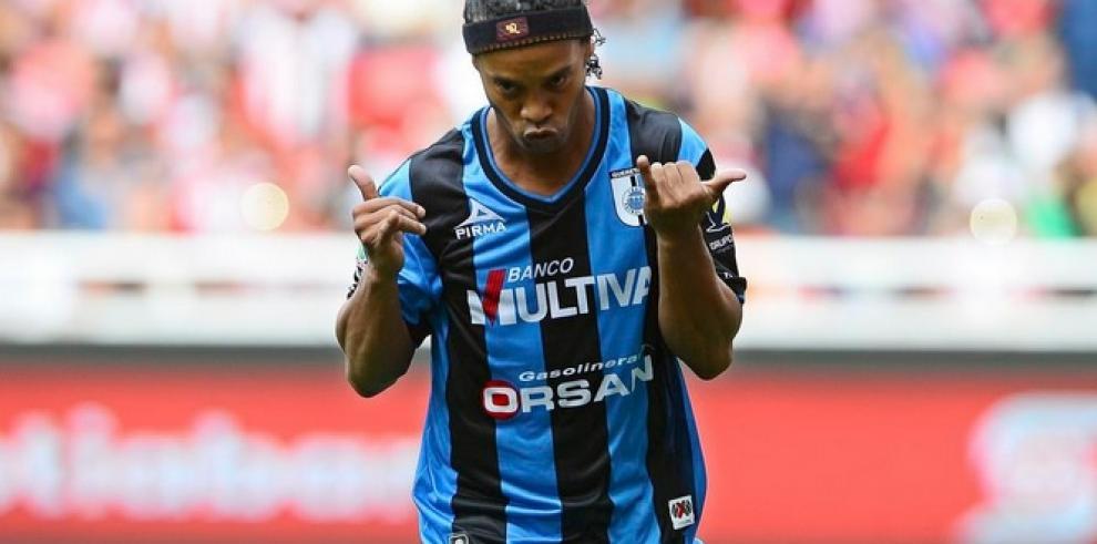 Ronaldinho anota de penalti su primer gol en México