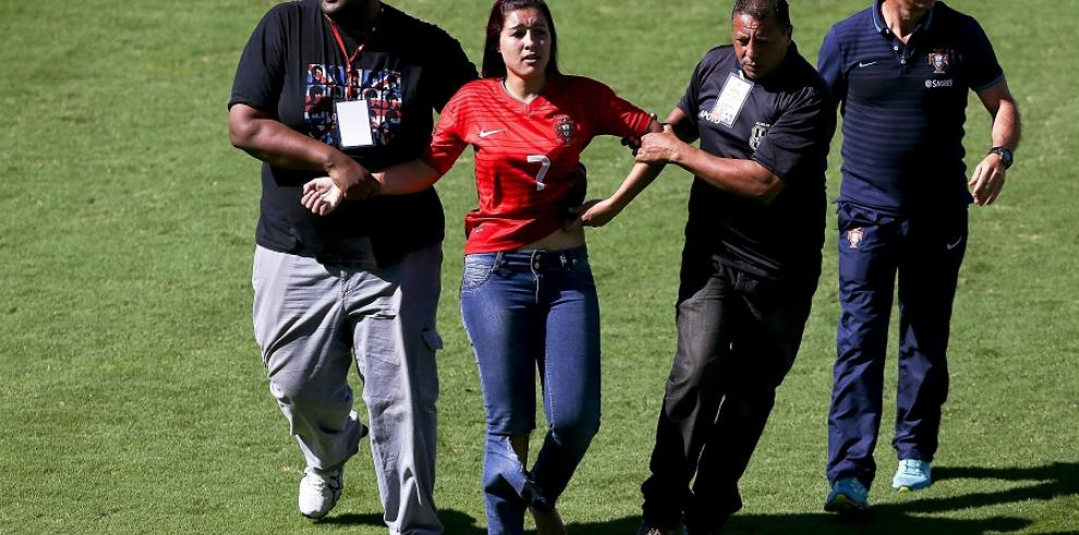 Aficionada salta al campo para tocar a Cristiano Ronaldo