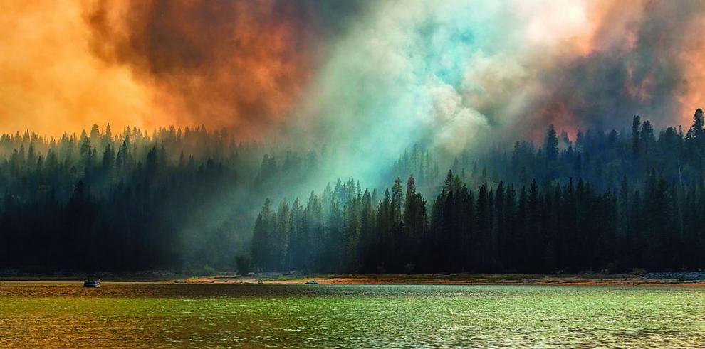 Más de mil evacuados por fuego en California