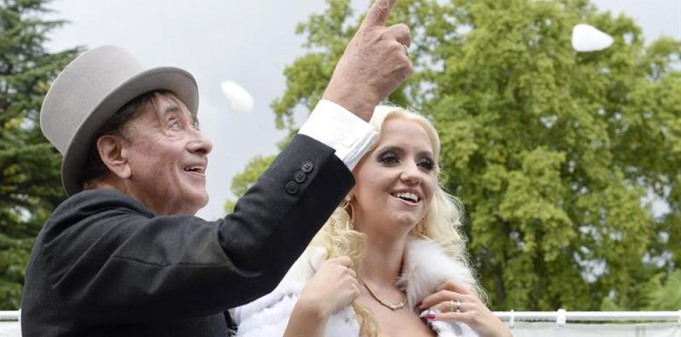 Anciano multimillonario se casa con modelo 57 años menor que él