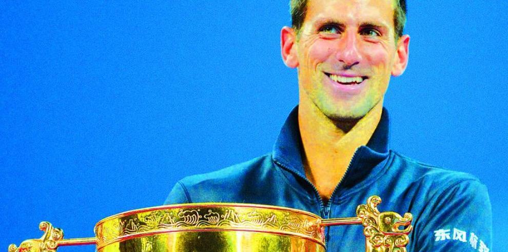 Djokovic y Sharapova reinan en China