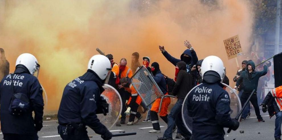 Masiva protesta de trabajadores contra recortes económicos