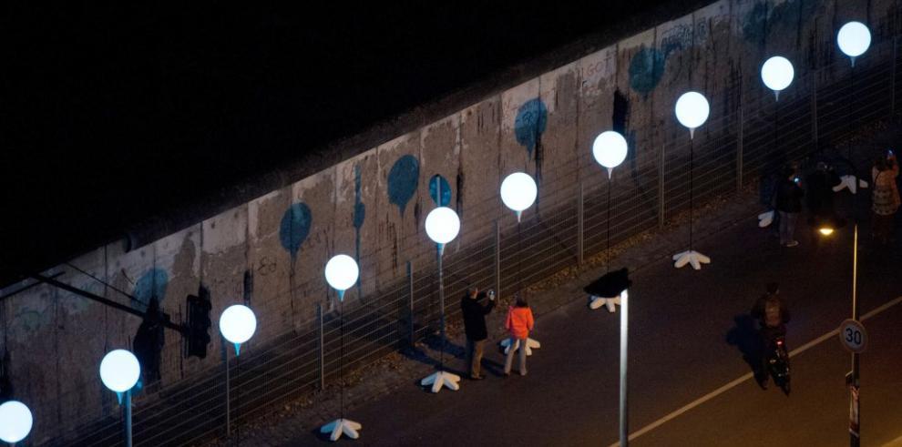 Miles de globos iluminan el recorrido del antiguo muro de Berlín