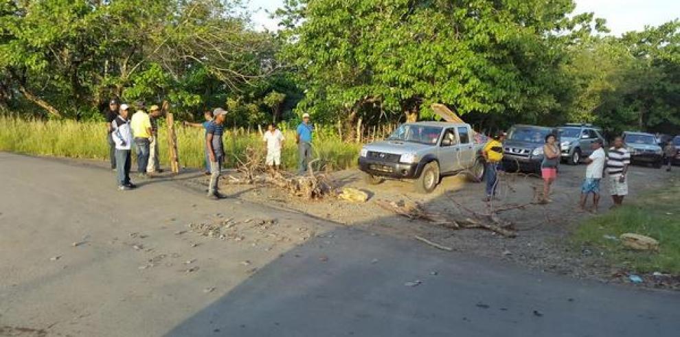 Moradores en Chepo cierran vía, rechazan desalojo