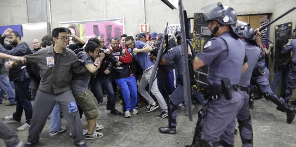 Policía dispersa a huelguistas en Sao Paulo