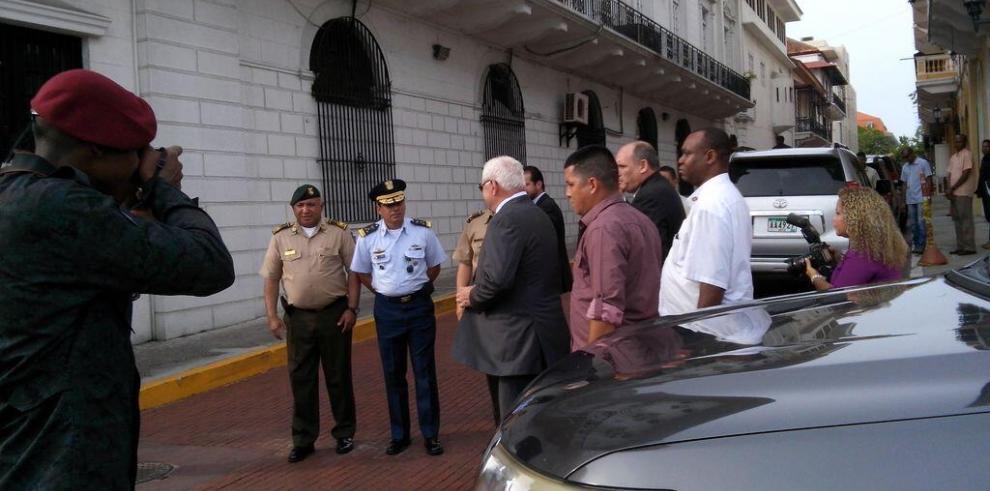 Estamentos de seguridad rinden honores al Presidente Martinelli