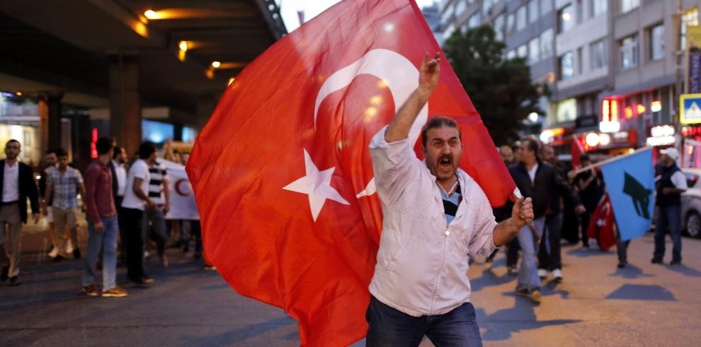 Robo de una bandera turca amenaza el proceso de paz con guerrilla kurda