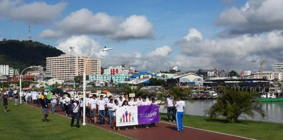 Cientos de panameños marchan en apoyo al