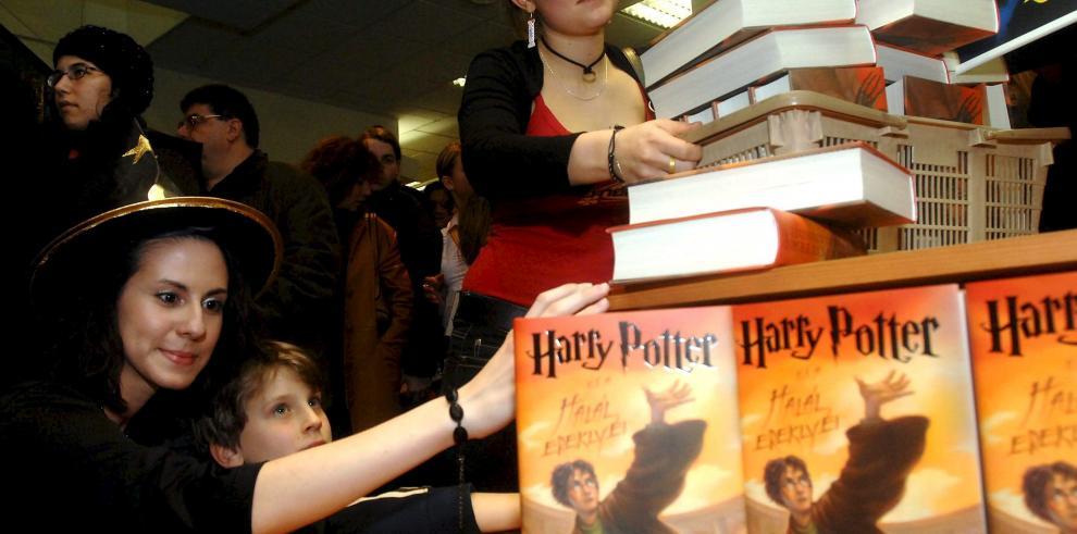 J.K Rowling resucita a Harry Potter años después de la última entrega