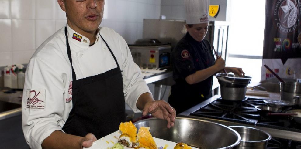 Con sushi, langostinos y raviolis con cacao, Ecuador dice