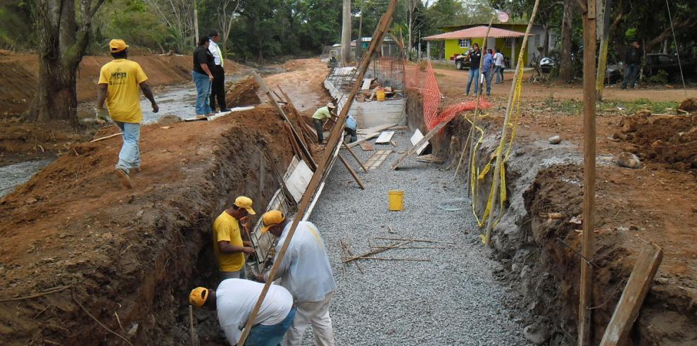 Construyen muro para evitar inundación