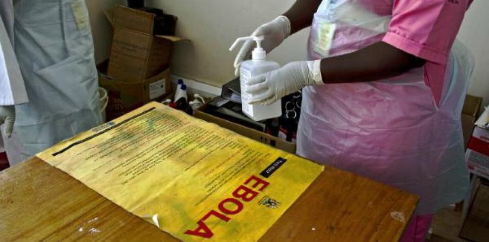 Vigilan a tres personas más por ébola en España