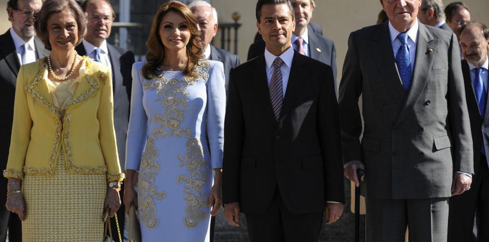 El rey de España condecora al presidente de México y a su esposa