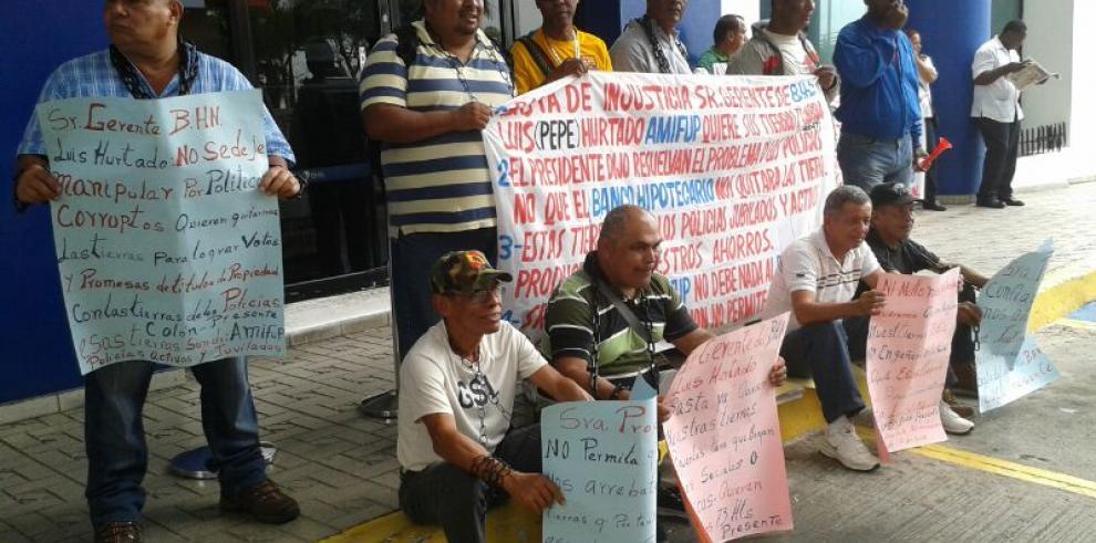 Jubilados de la fuerza pública protestan frente al Banco Hipotecario