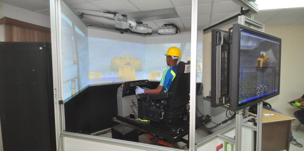 Gradúan 450 operadores de equipo pesado al año