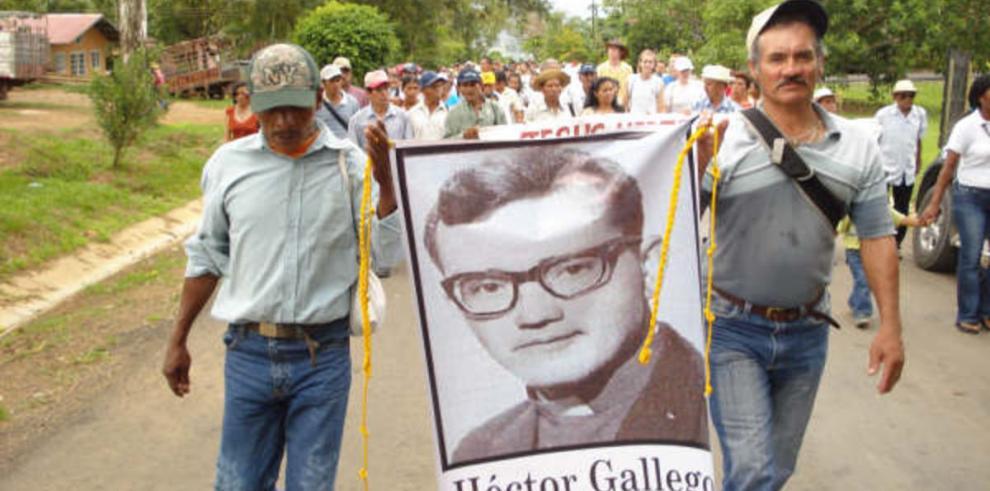 Campesinos caminan junto a Héctor 43 años después