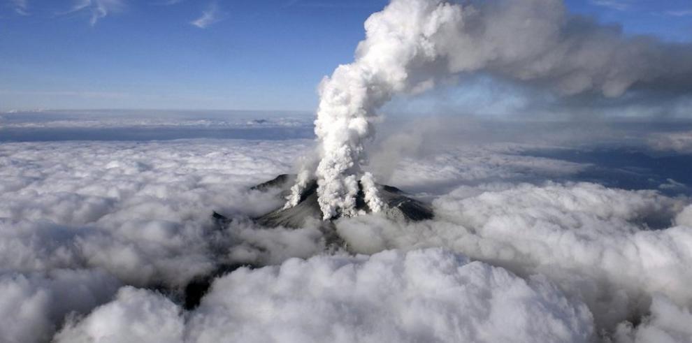 La erupción de un volcán en Japón causa un muerto y más de 40 heridos graves
