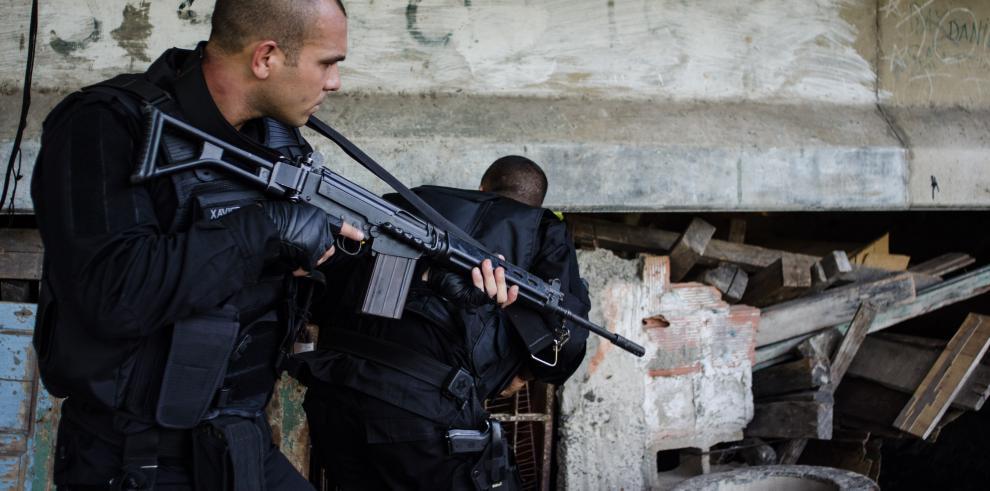 La policía brasileña ocupa peligrosas favelas de Río con blindados militares