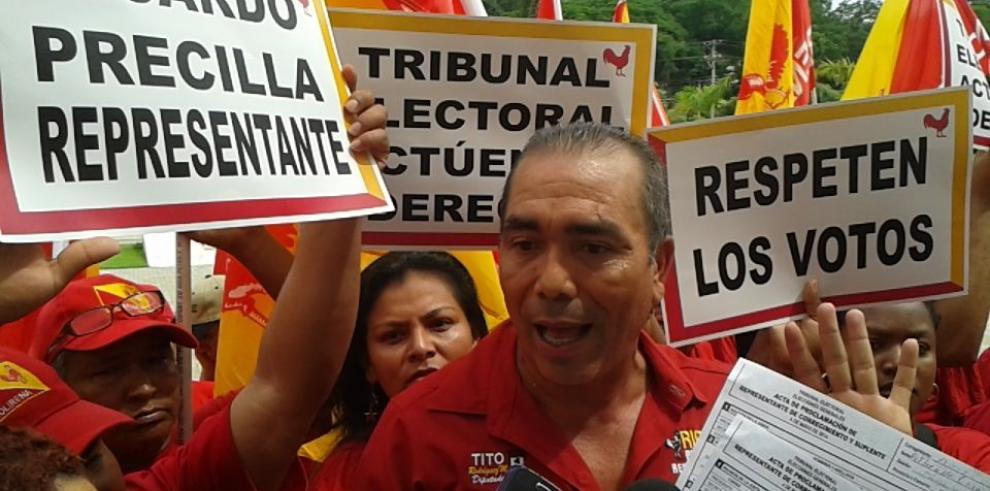 Representante electo en Alcalde Díaz protesta en la sede del TE