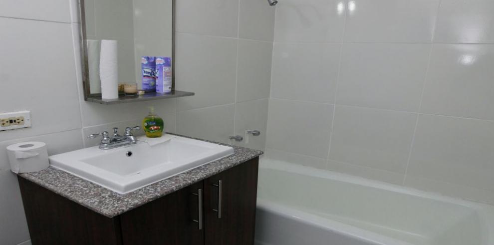 Lujoso baño con tina dentro de la Unidad de Análisis Financiero