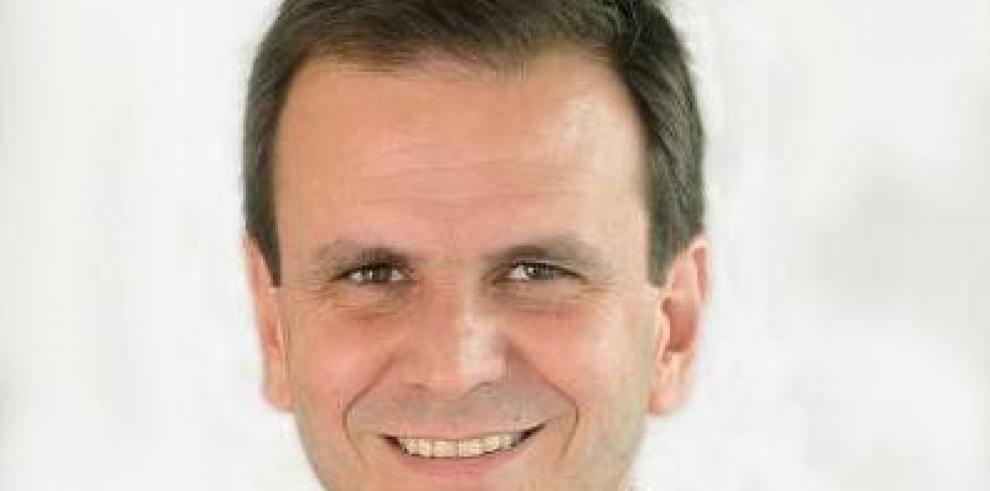 Alcalde de Río de Janeiro se multa a sí mismo por tirar basura