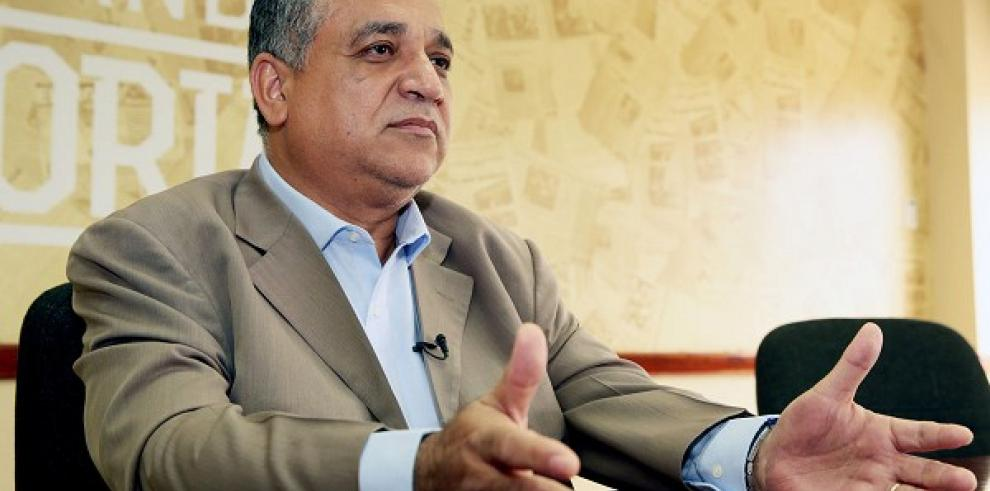 Luis Eduardo Camacho presenta denuncia ante el TE