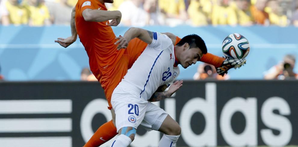 Holanda clasifica de primero a octavos tras vencer 2-0 a Chile