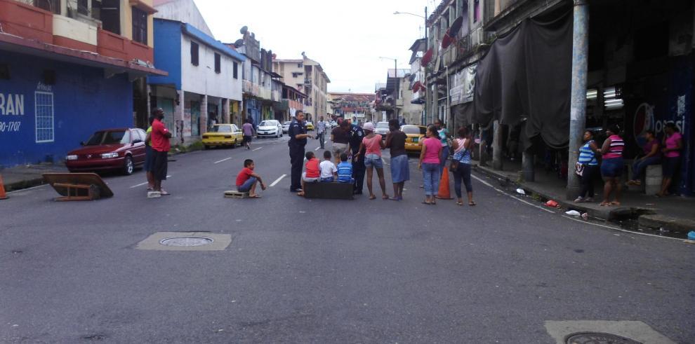 Colonenses cierran calles exigiendo trabajos y mejores viviendas