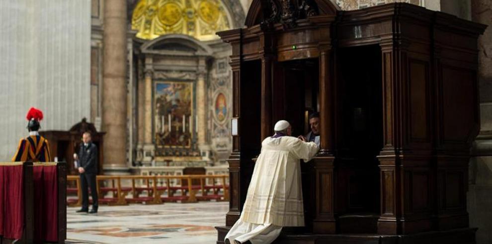 Francisco, el primer Papa en confesar en público