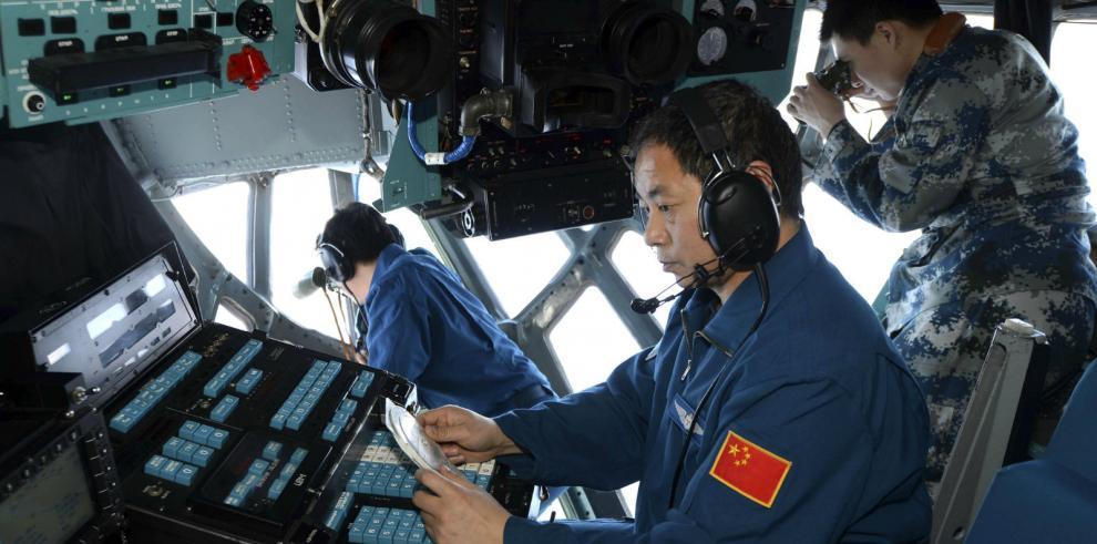 La búsqueda del avión malasio sigue