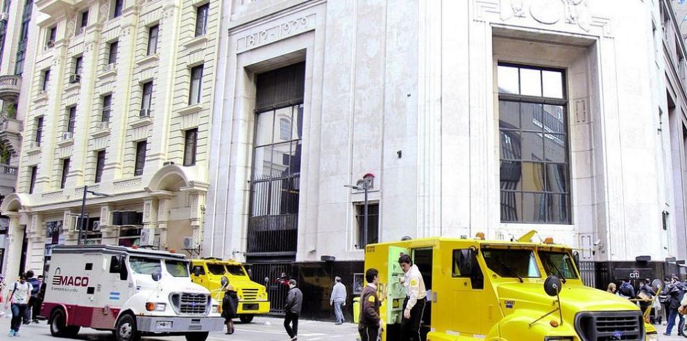 Fisco argentino allana a bancos por lavadores