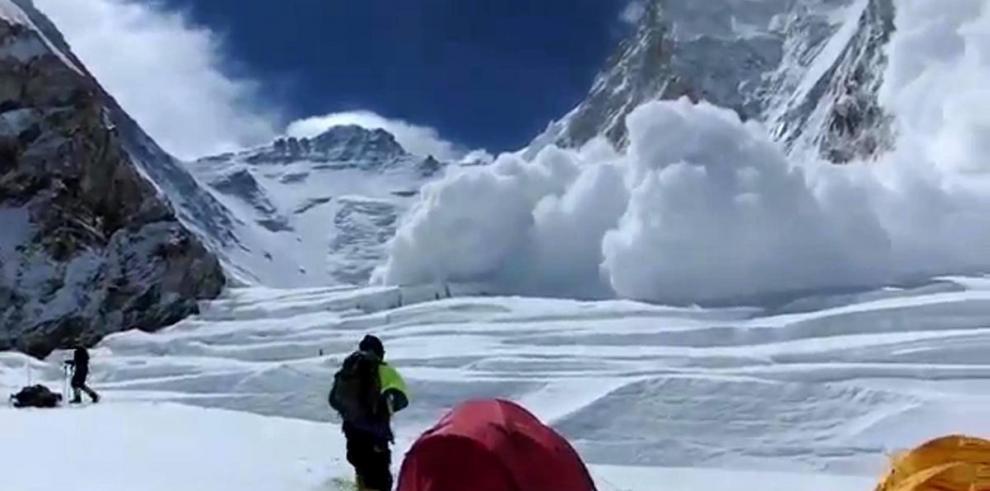 Alud de hielo causa al menos 13 muertos