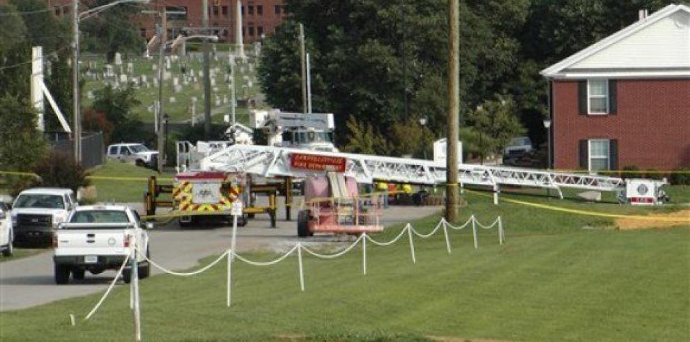 Dos bomberos electrocutados por reto de