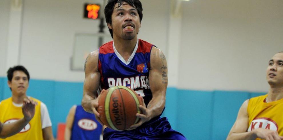 Manny Pacquiao se prepara para 'pelear', jugando baloncesto