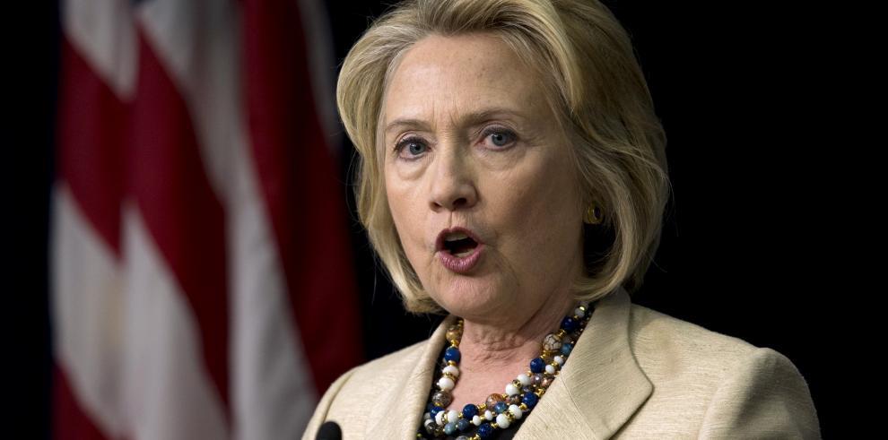 Mujer lanza un zapato a Hillary Clinton
