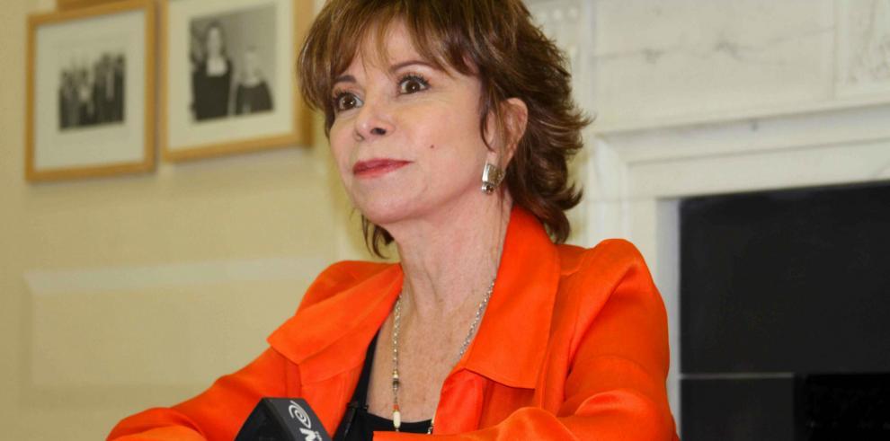 Isabel Allende felicita al rey Felipe VI y causa polémica entre sus lectores