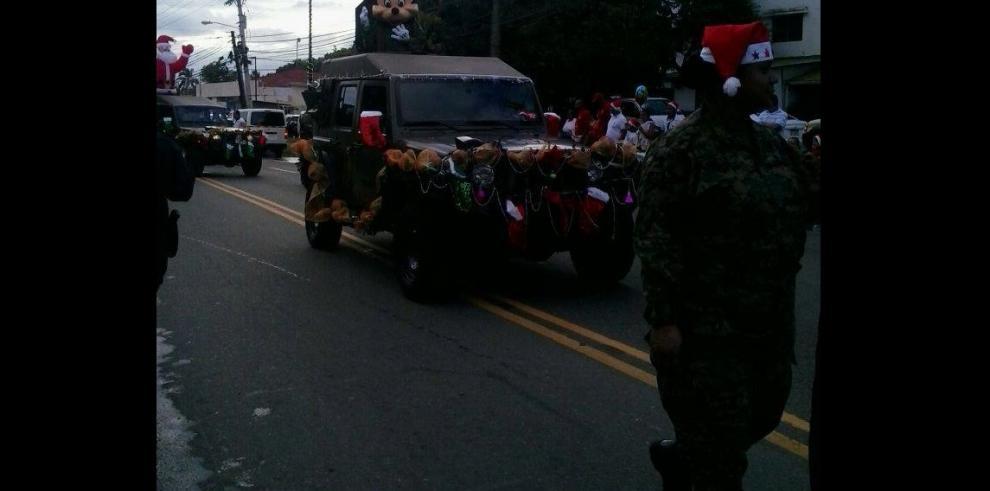 Inicia el desfile de navidad
