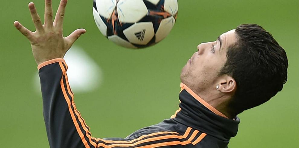 Cristiano Ronaldo da muestras de su manejo de balón