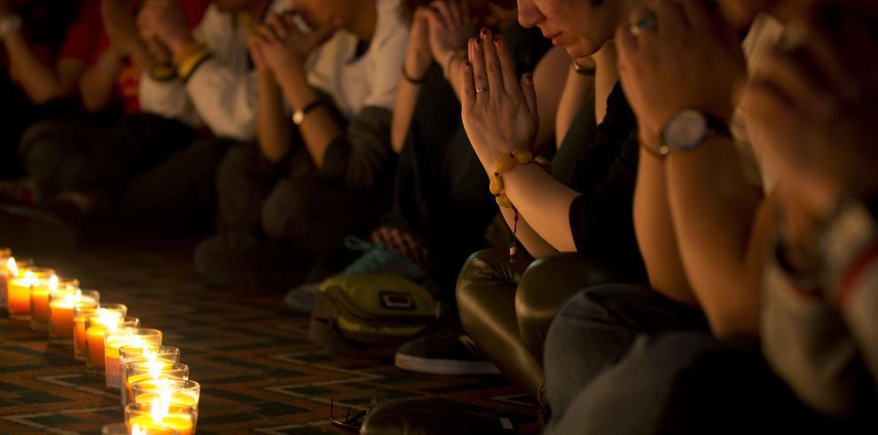 Malasia enciende velas por pasajeros del avión de Malaysia Airlines