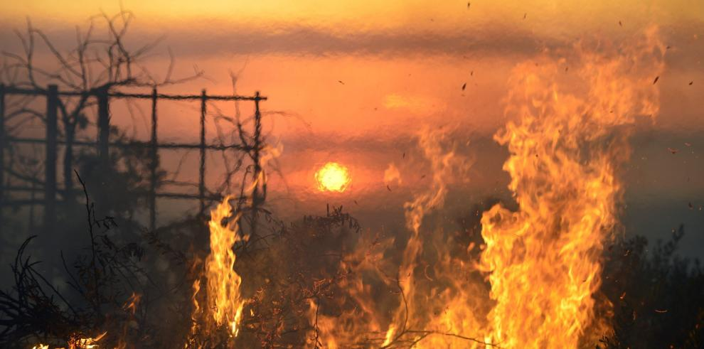 Los incendios obligan a evacuar miles de viviendas en California