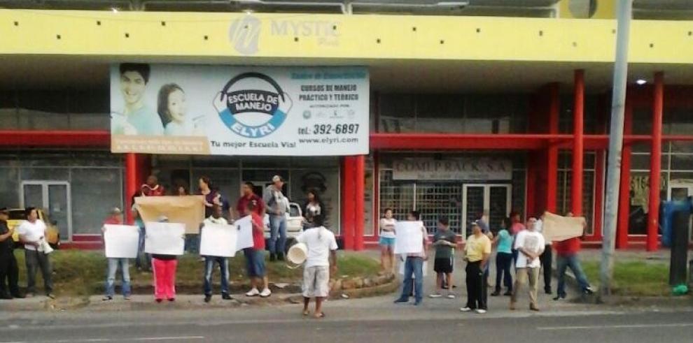 Cierran la vía José Agustín Arango por falta de agua